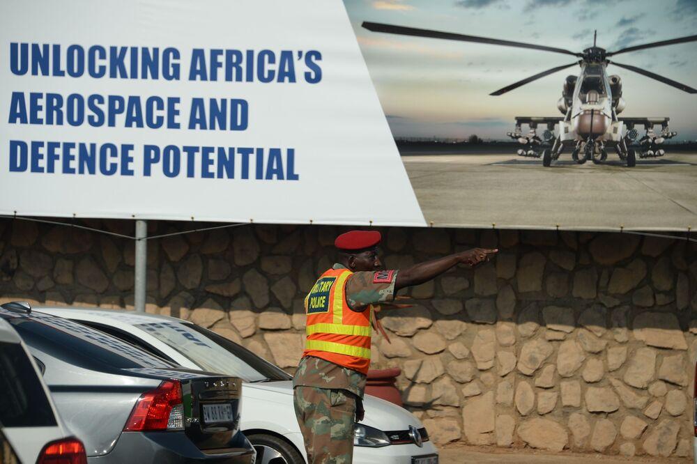 Feira Internacional de armamentos e equipamentos militares para todos verem a força da Defesa e Força Aérea africana