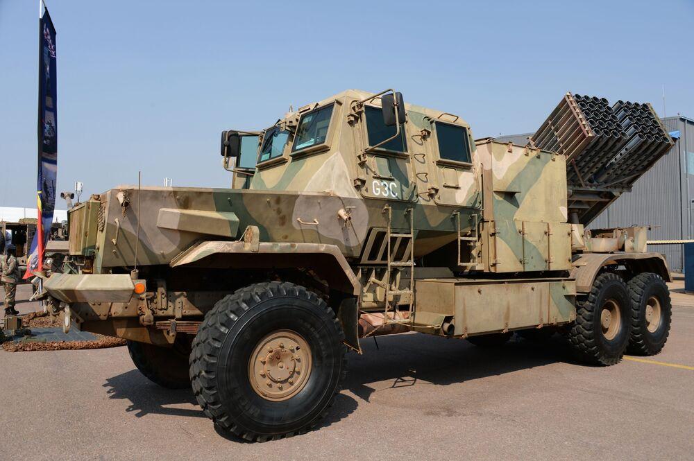 Veículo tático na Conferência Internacional e exposição de armamentos e equipamentos militares na base da Força Aérea africana em Pretória