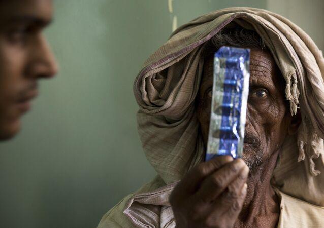 Tuberculoso segurando medicamentos no hospital Lal Bahadur Shastri, na cidade indiana de Varanasi, 13 de março de 2018