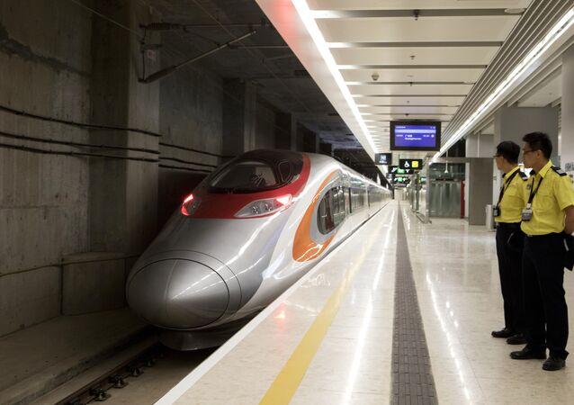 Novo trem bala ligando Hong Kong à China aguarda na estação da Kowloon, em Hong Kong.