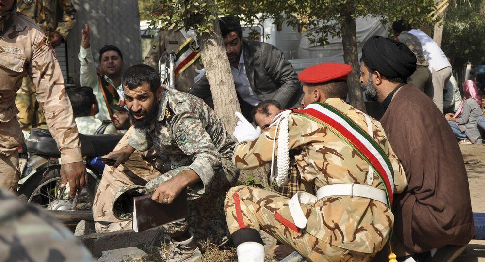 Membros das Forças Armadas do Irã e civis se abrigam durante um tiroteio que afligiu uma parada militar no Irã.