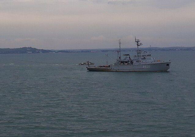 Navios da Marinha ucraniana passam pelo estreito de Kerch