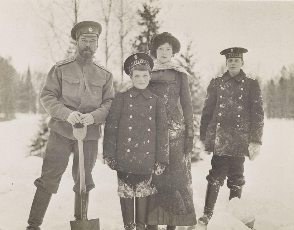 O imperador russo Nicolau II descansando com as crianças