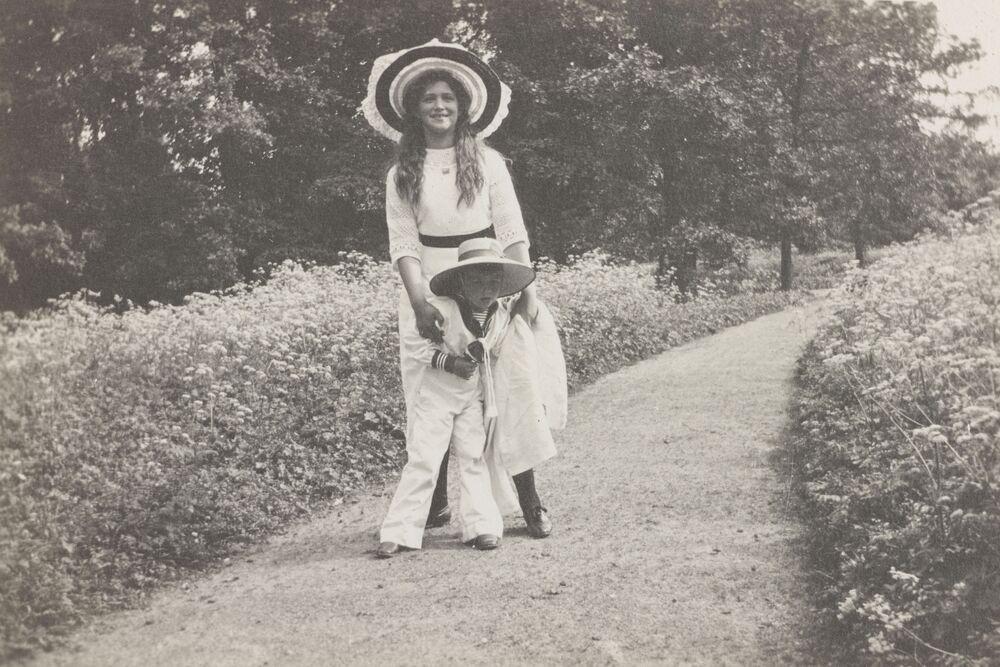 A filha e o filho do imperador Nicolau II relaxando