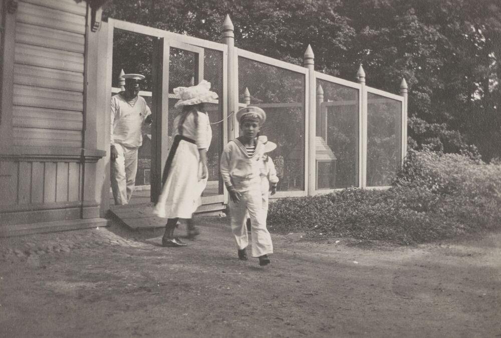 Crianças da família imperial da Rússia brincando no Palácio de Gatchina, perto de São Petersburgo, 1915