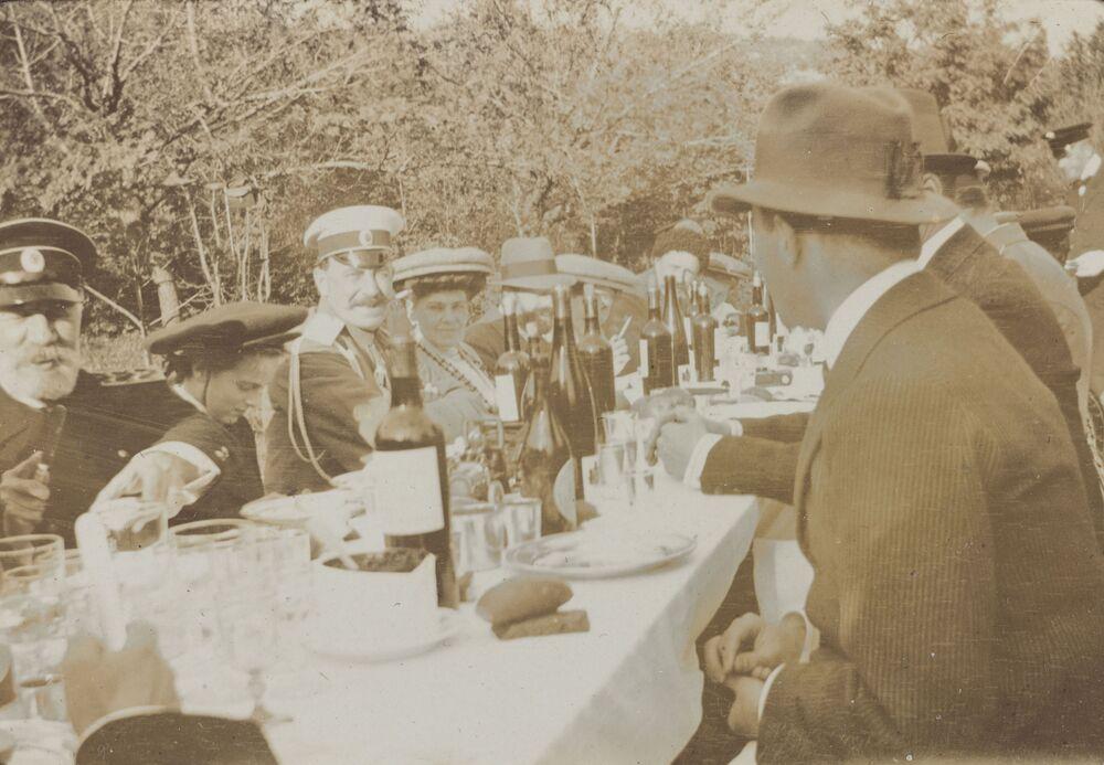 Nicolau II em um almoço após uma caçada