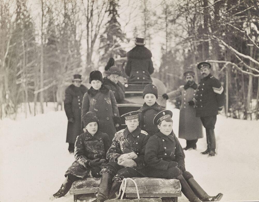 O filho do imperador Nicolau II, Alexei Romanov, brincando na neve com as crianças em Tsarskoe Selo, São Petersburgo, 1915