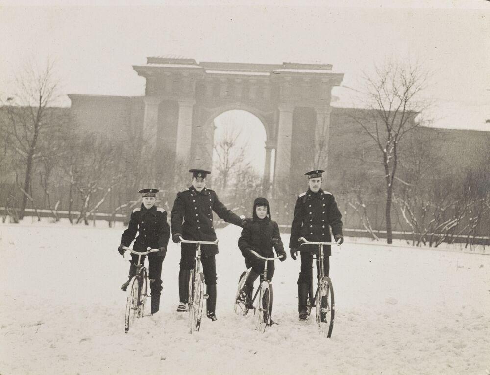 Crianças andando de bicicleta na neve em Tsarskoe Selo (Vila do Czar), 1915