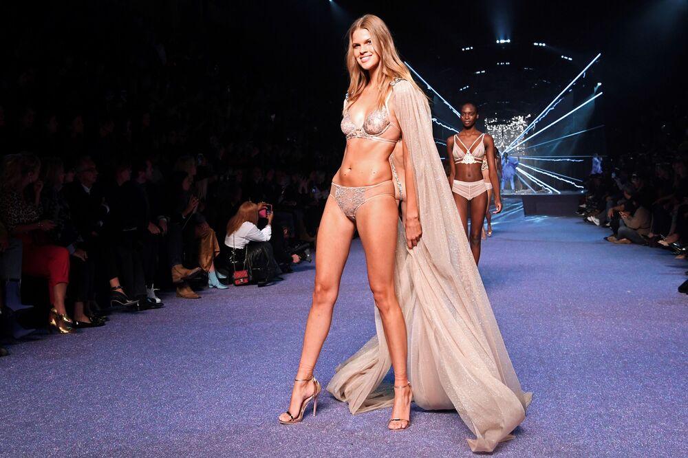 Modelos vestem roupa íntima bege na passarela em Paris