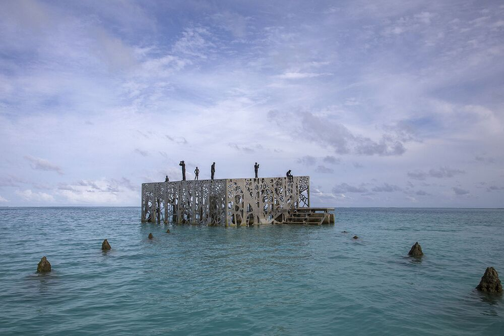 Imagem à distância da galeria cúbica semissubmersa nas Maldivas, do escultor britânico Jason deCaires Taylor
