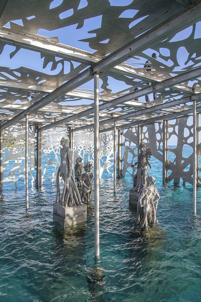 Obras semissubmersas nas Maldivas, dentro da galeria Coralarium, do escultor britânico Jason deCaires Taylor