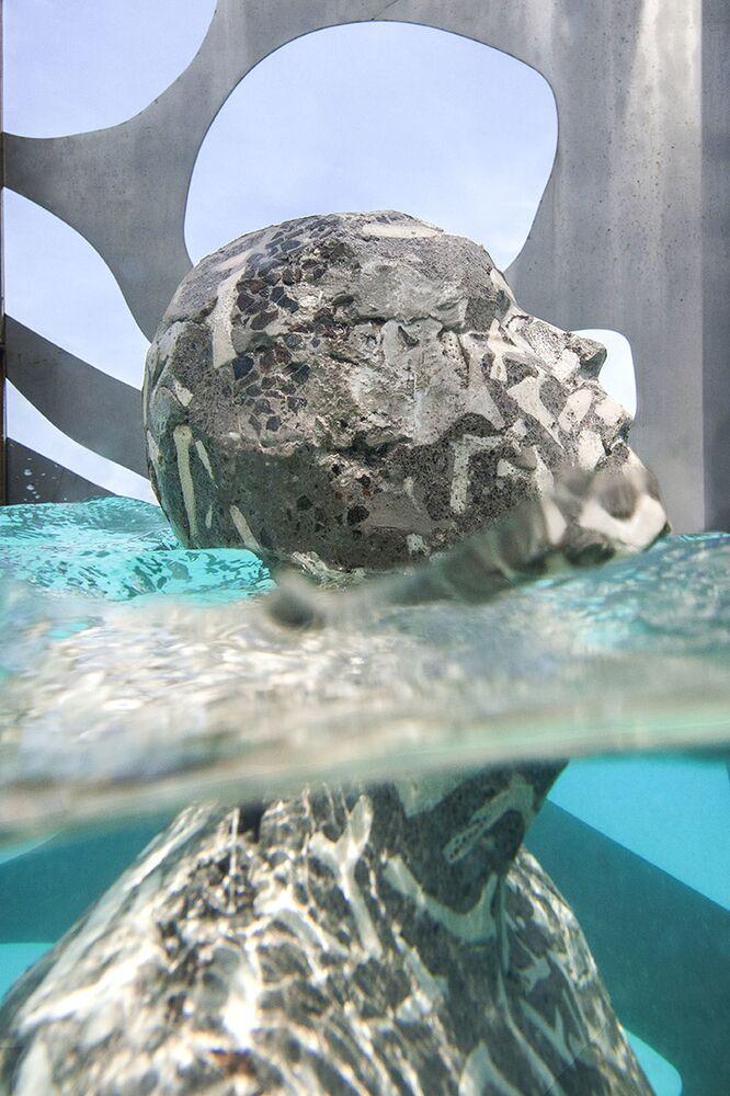 Obra de arte semissubmersa dentro da galeria construída pelo escultor Jason deCaires Taylor, nas Maldivas
