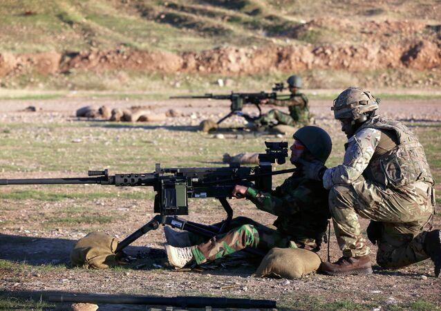 Militares britânicos instruem soldados curdos