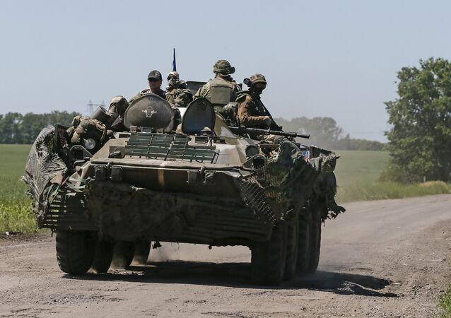 As forças da segurança ucranianas apoiadas por veículos blindados perto da cidade de Donetsk, junho de 2015