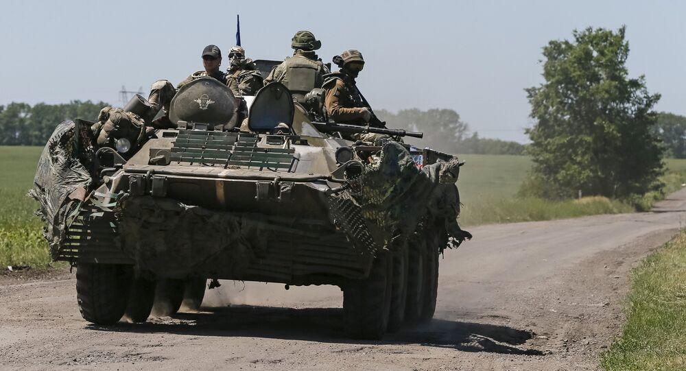 Militares ucranianos sobre um blindado perto de Donetsk, foto de arquivo