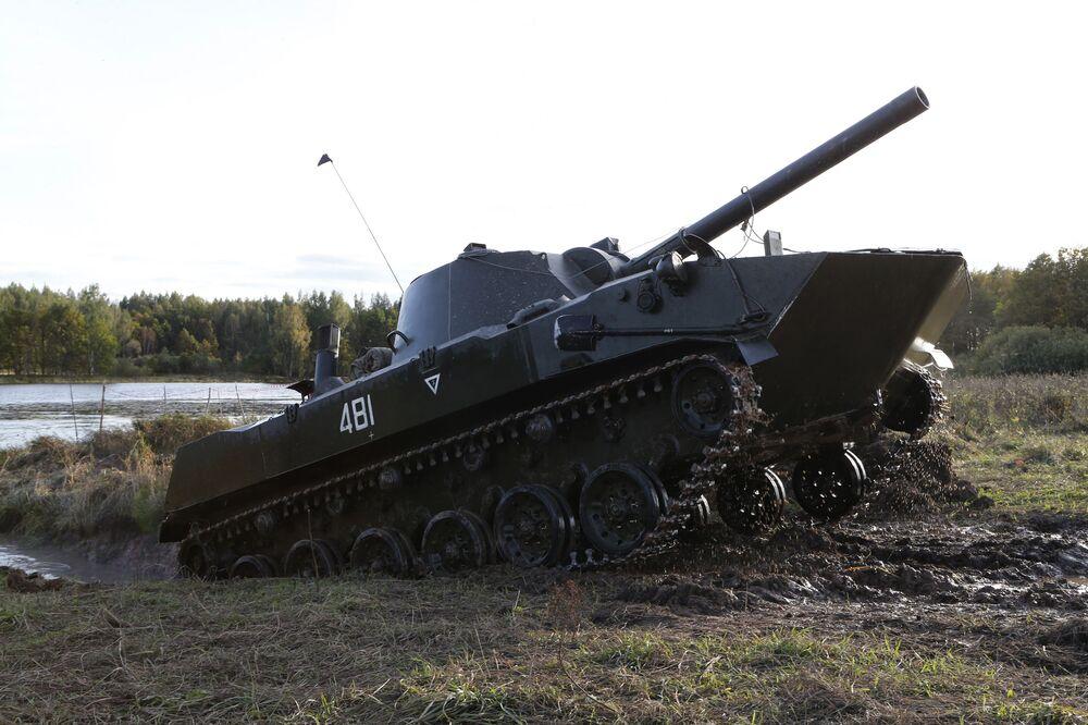 Peça de artilharia autopropulsada 2S9 Nona-S de 120 mm ultrapassa obstáculos no decurso dos treinamentos táticos das tropas russas