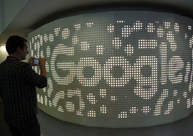 Visitante tira foto com celular no stand do Google no âmbito do Congresso Mobile World, em 28 de fevereiro de 2017, em Barcelona
