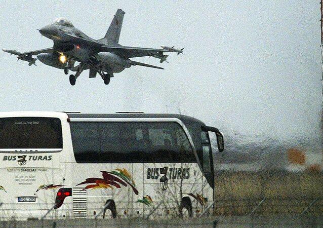 F-16 pousa em uma base belga da Força Aérea (foto de arquivo)