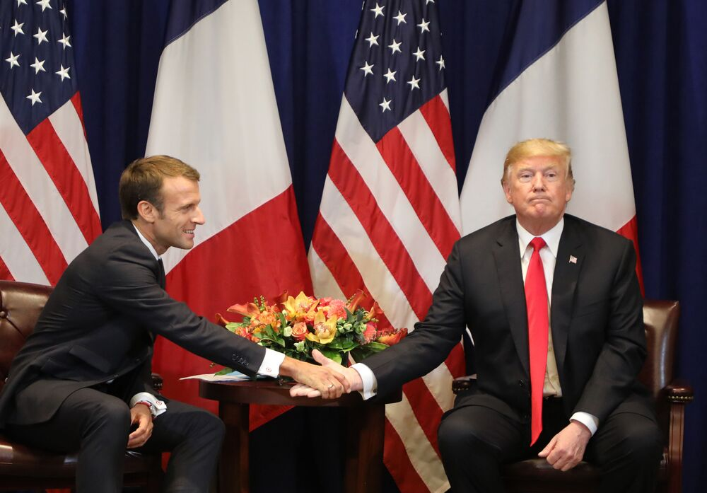 O presidente da França Emmanuel Macron apertando a mão ao homólogo norte-americano Donald Trump durante seu encontro em Nova York.