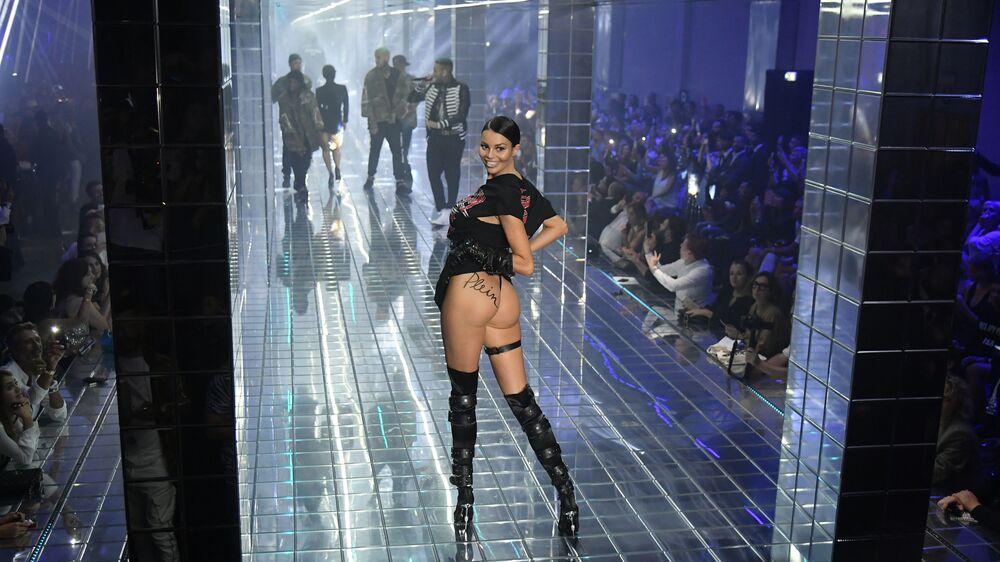 Modelo desfilando no show da marca Philipp Plein durante a Semana de Moda de Milão.