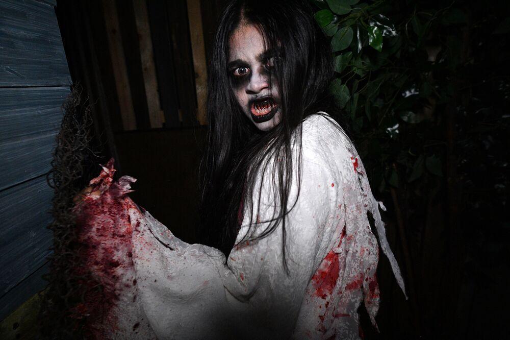 Participante do show Halloween Horror Nights em Singapura.