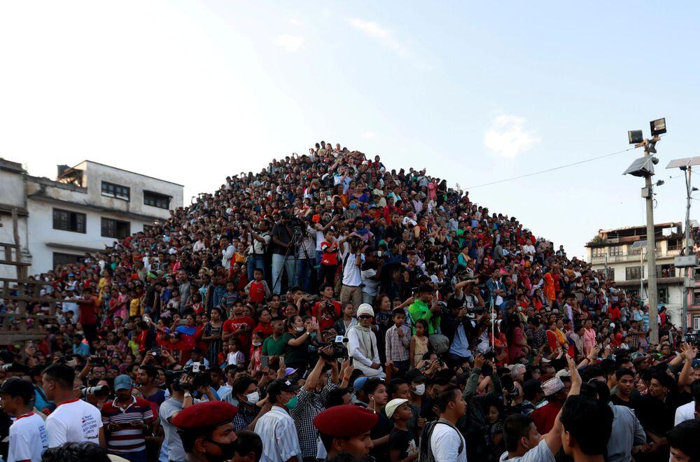 Pessoas assistindo o festival dedicado ao deus hindu Indra, Katmandu, Nepal.