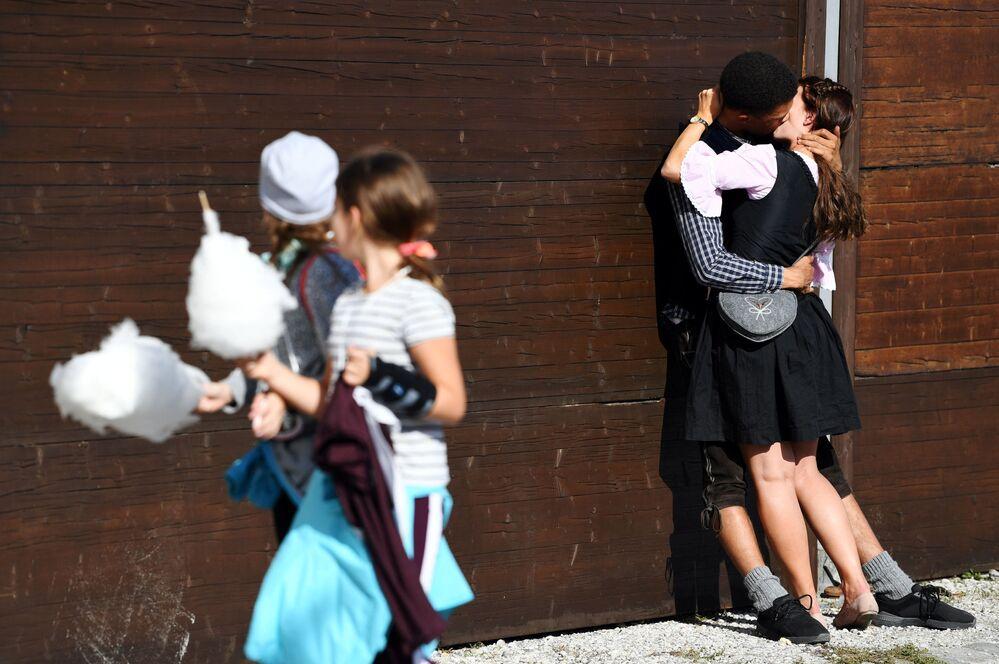 Casal se beijando no festival Oktoberfest em Munique, Alemanha.