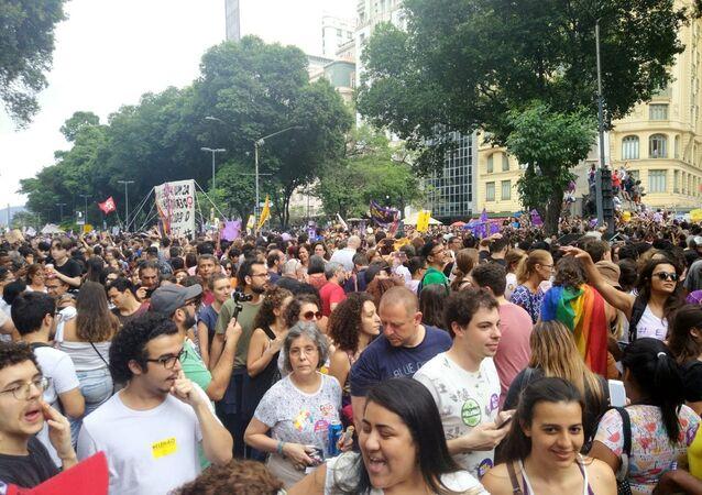 Centenas de pessoas se reuniram na Cinelândia, no Rio de Janeiro, em ato contra Bolsonaro