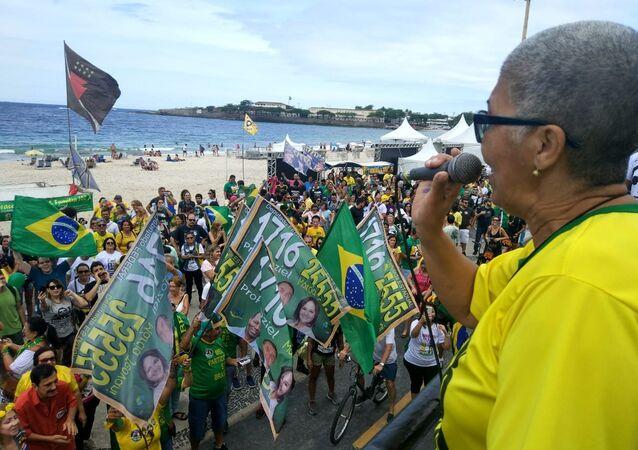 Apoiadores de Bolsonaro ocuparam a principal avenida de Copacabana, no Rio de Janeiro