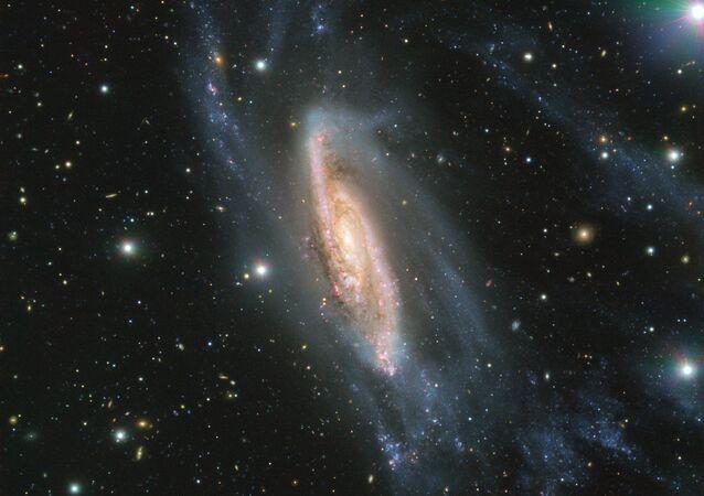 A galáxia espiral NGC 3981, fotografada pelo telescópio VLT, instalado no Observatório Europeu do Sul