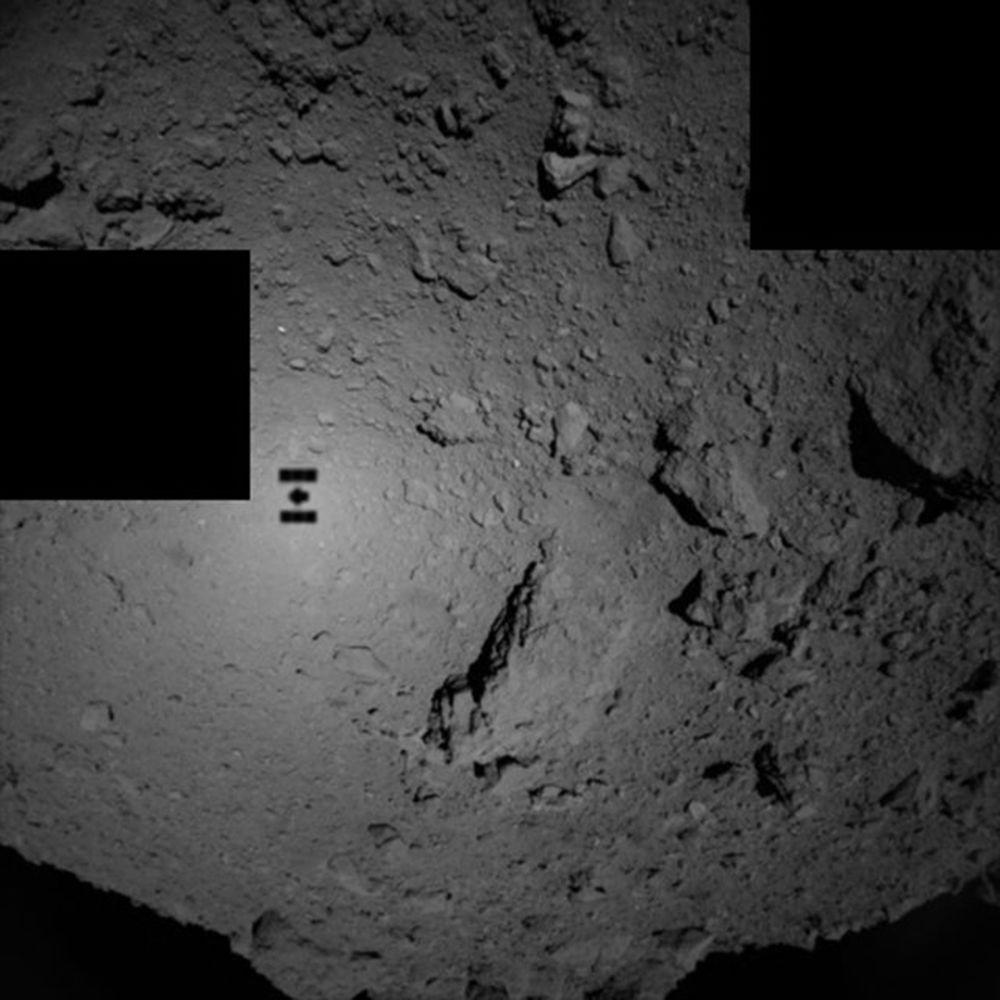 A sombra de Hayabusa 2 – a espaçonave robótica da Agência Espacial do Japão, JAXA – refletida no asteroide 162173 Ryugu