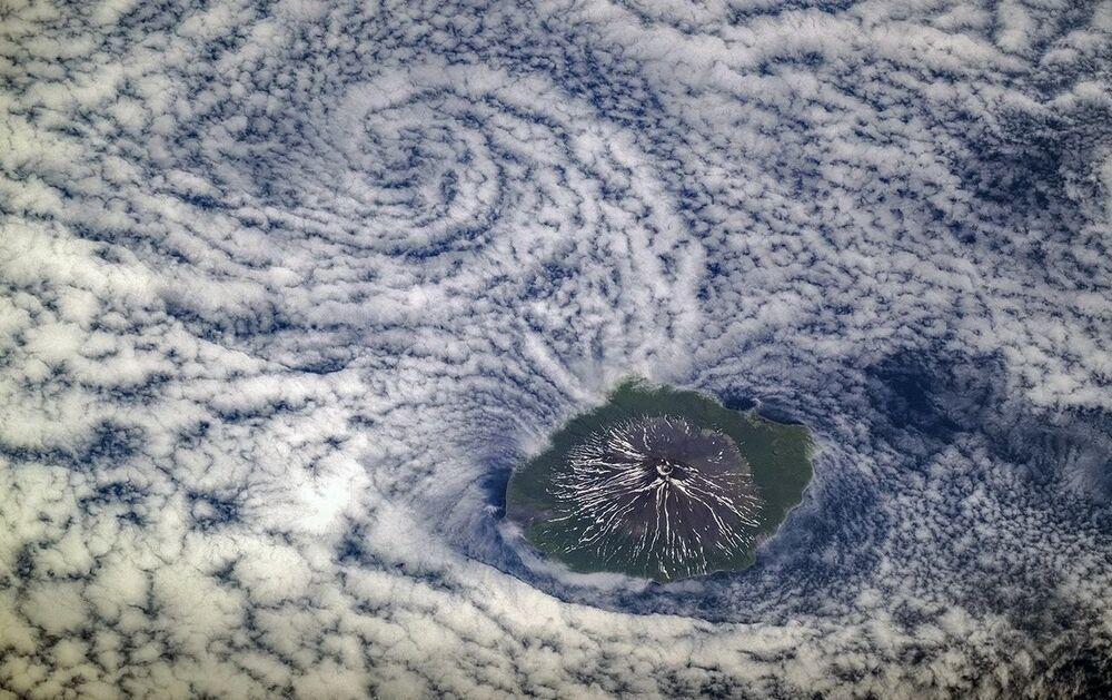 Vista de satélite do vulcão Alaid, situado nas ilhas Curilas, Rússia