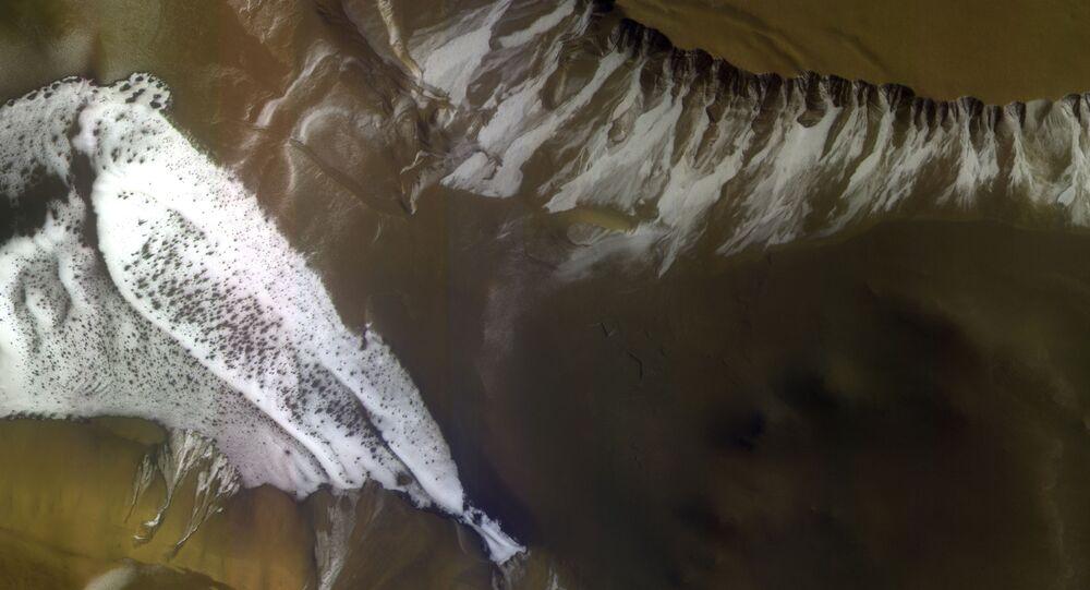 Imagem de cratera de Marte com sedimento de gelo seco tirada pela ExoMars Trace Gas Orbiter (TGO) - sonda conjunta da Agência Espacial Europeia (ESA) e da Agência Espacial Federal Russa (Roscosmos)