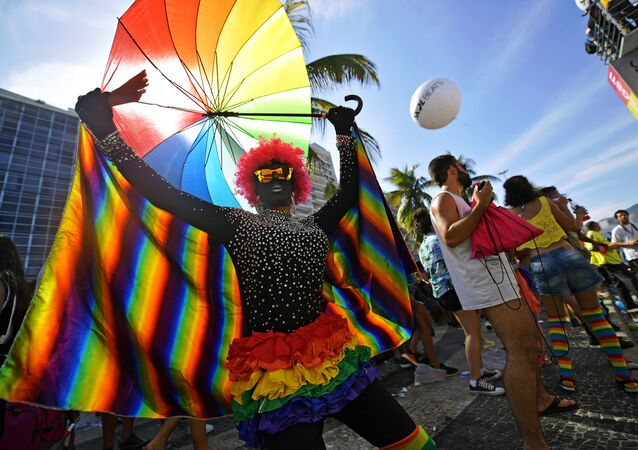 Manifestantes na 23ª Parada do Orgulho LGBTI do Rio de Janeiro, em Copacabana