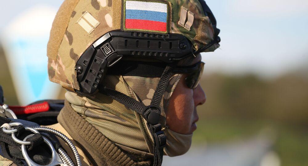 Militar da divisão das Tropas Aerotransportadas russas e Forças de Operações Especiais bielorrussas participam de exercícios militares conjunto