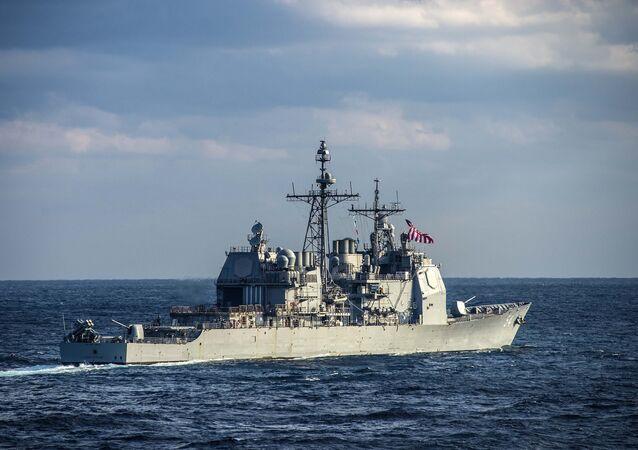 O cruzador de mísseis norte-americano USS Antietam da classe Ticonderoga