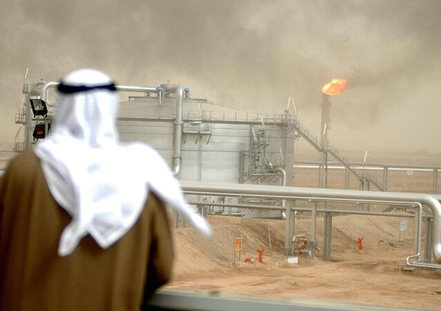 Um funcionário da Companhia de Petróleo do Kuwait no campo de al-Rawdatain, 100 km ao norte da Cidade do Kuwait (arquivo)