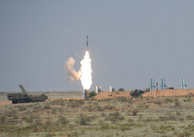 Sistema de mísseis antiaéreos S-300 durante a competição internacional Keys to the Sky realizada como parte dos Jogos Internacionais do Exército - 2016 no campo de treinamento de Ashuluk.