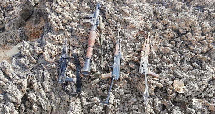 Armas abandonadas pelos terroristas no deserto de As-Suwayda