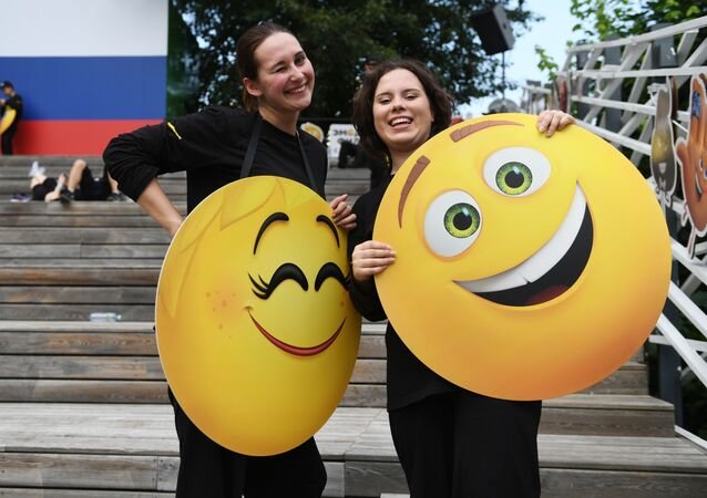 Mulheres em um evento por ocasião do Dia Mundial do Emoji no Parque Gorky, Moscou