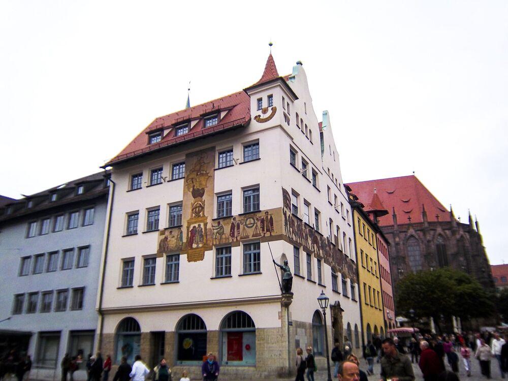 Carinha feliz na fachada de um prédio em Nurembergue, Alemanha