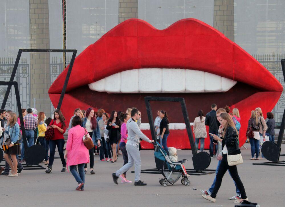 Visitantes do Parque Gorky em Moscou tirando fotos com uma boca enorme