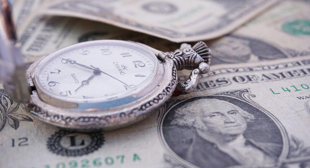 Dólares e relógio