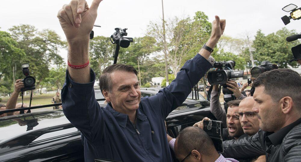 Presidente do Brasil, Jair Bolsonaro, acenando para apoiadores no Rio de Janeiro (arquivo)