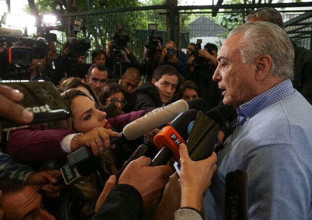 Michel Temer, presidente do Brasil, fala com jornalistas após votar nas presidenciais, em 7 de outubro de 2018