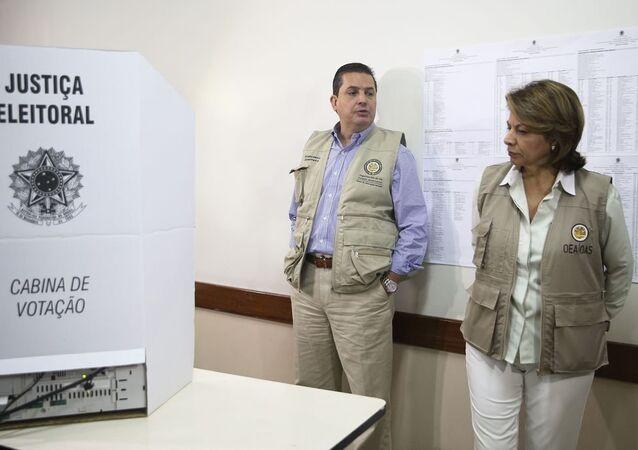 Chefe da missão da OEA visita locais de votação em Brasília. A comitiva busca observar o funcionamento das urnas, a organização do processo eleitoral e o acesso dos eleitores.