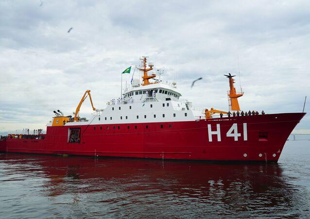 Navio polar Almirante Maximiano na baía de Guanabara, perto do Arsenal de Marinha do Rio de Janeiro