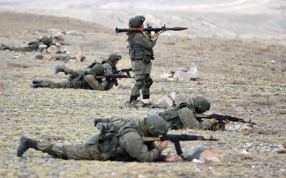 Militares durante as manobras de comando com o contingente militar das forças coletivas de reação rápida da Organização do Tratado de Segurança Coletiva, Vzaimodeistvie 2018 (Interação 2018)