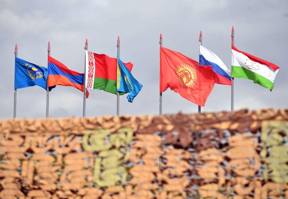 Bandeiras dos países participantes das manobras de comando com o contingente militar das forças coletivas de reação rápida da Organização do Tratado de Segurança Coletiva, Vzaimodeistvie 2018 (Interação 2018)