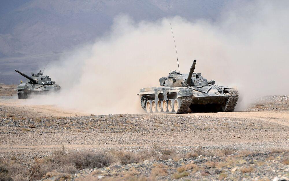 Tanques T-72 durante as manobras de comando da Organização do Tratado de Segurança Coletiva, Vzaimodeistvie 2018 (Interação 2018)
